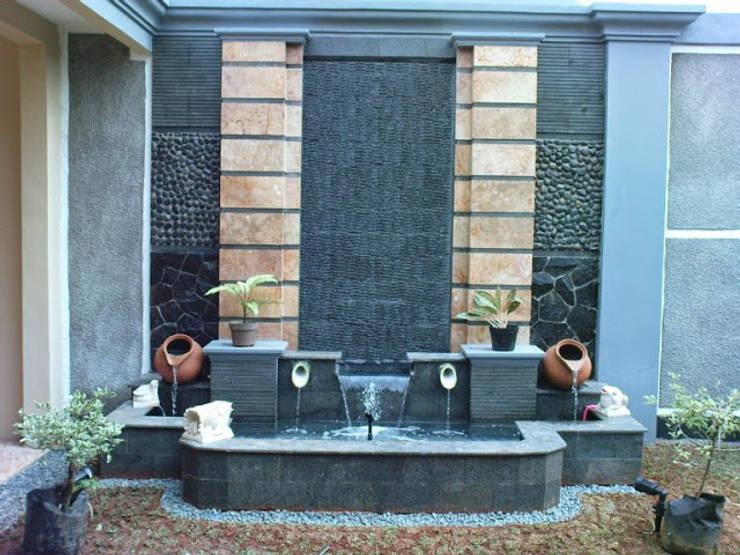 kolam water wall:  Pool by Garden Style Surabaya