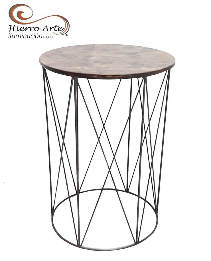 Mesa auxiliar de hierro y madera ME0024: Salas/Recibidores de estilo  por Hierro Arte Iluminación EIRL