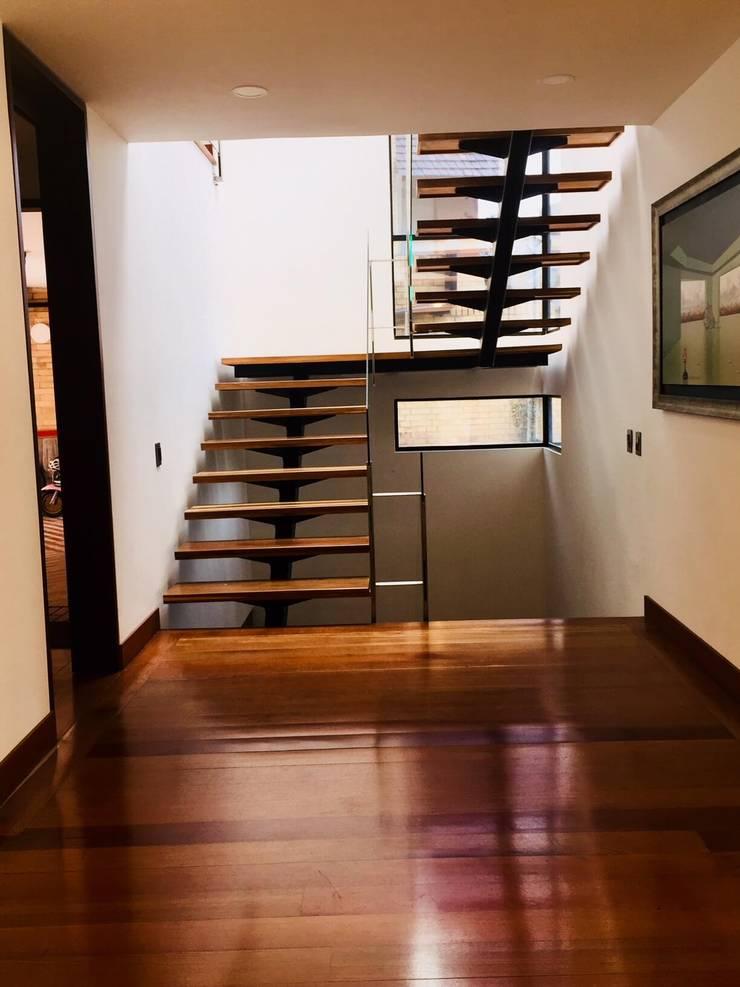 oficinas de arquitectura bogota: Estadios de estilo  por Quinta Fachada Studio  ¡Tú lo sueñas y nosotros lo proyectamos!