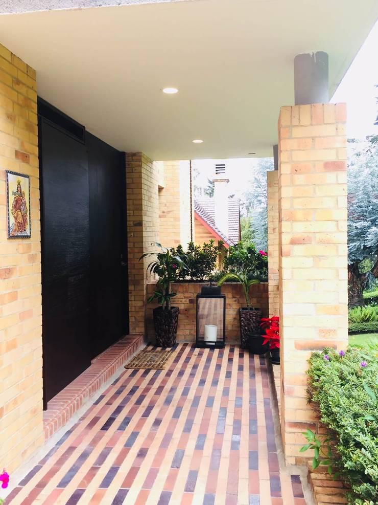 Arquitectura interior: Oficinas y Tiendas de estilo  por Quinta Fachada Studio  ¡Tú lo sueñas y nosotros lo proyectamos!