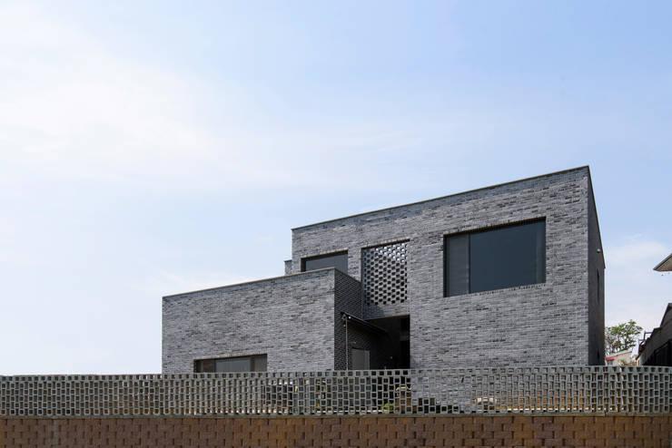 Brick House: Lee Jae Architects의  주택,