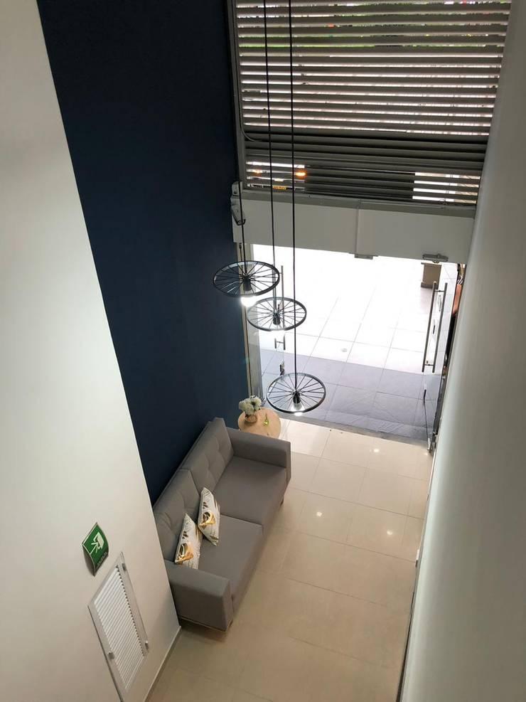 Sala principal / lámpara colgante: Edificios de oficinas de estilo  por Decó ambientes a la medida