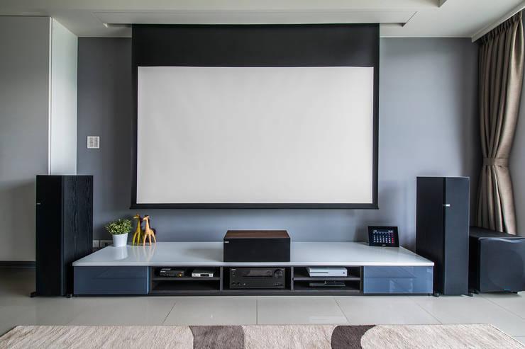 沉穩大氣-將捷家和:  客廳 by 富亞室內裝修設計工程有限公司
