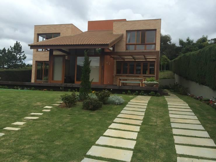 Загородные дома в . Автор – Carlos Eduardo de Lacerda Arquitetura e Planejamento , Модерн