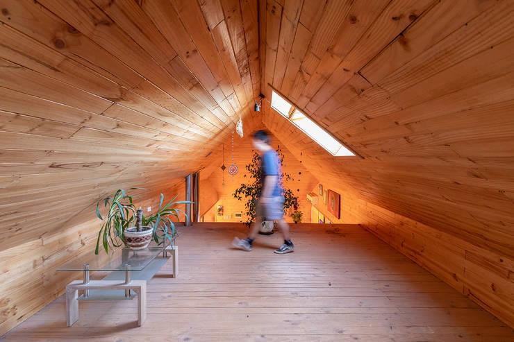 Casa en el Ramal: Balcón de estilo  por mutarestudio Arquitectura