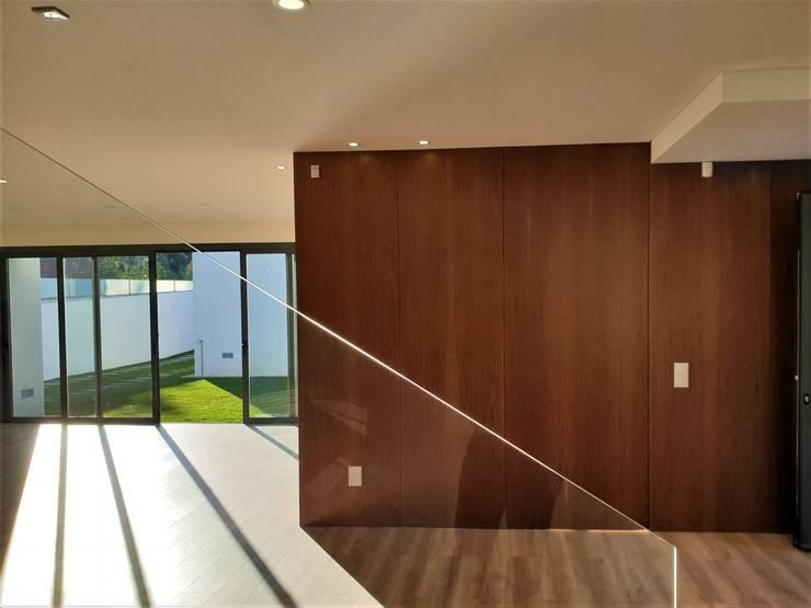 ระเบียงและโถงทางเดิน by Jesus Correia Arquitecto