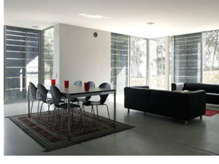 Centro vivienda y relación con exterior al Este y SE. Estar-comedor- Zona Yang: Comedores de estilo  de Arpa'Studio Arquitectura y Feng Shui