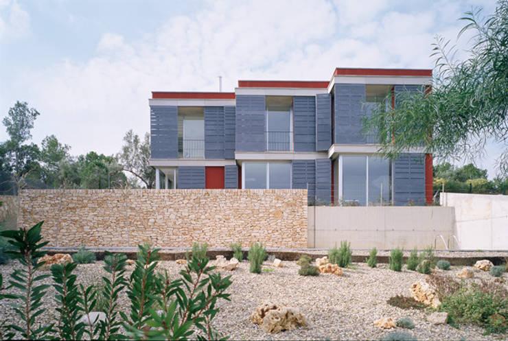 Frente de la casa NE: Casas unifamilares de estilo  de Arpa'Studio Arquitectura y Feng Shui
