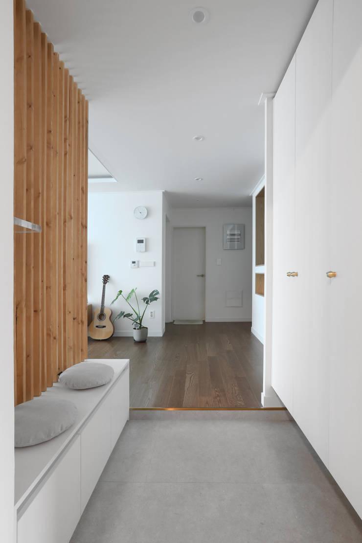 Corridor & hallway by 카멜레온디자인, Modern