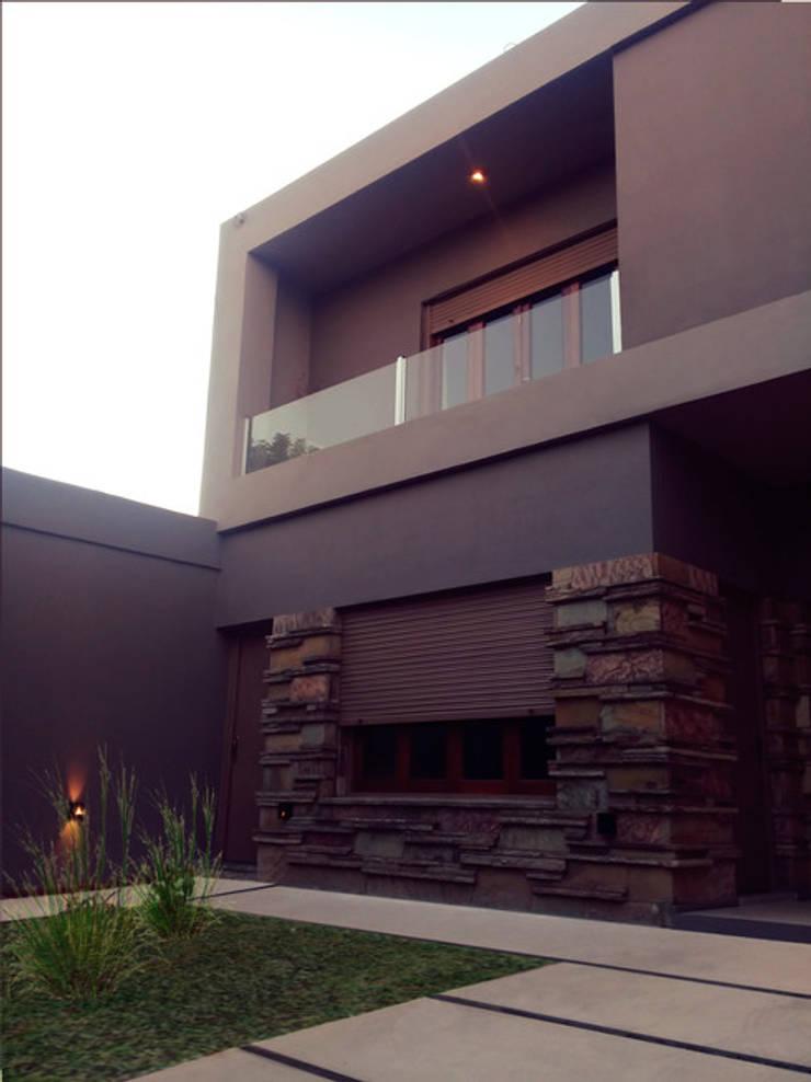 Reforma en Fachada casa: Casas unifamiliares de estilo  por Arq Jennifer Morant ,
