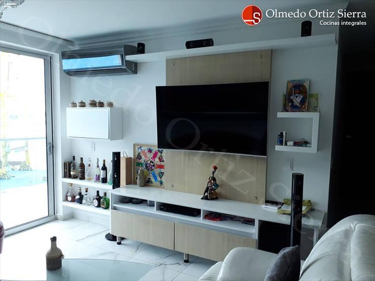 Centro de Entretenimiento Con Repisas: Sala multimedia de estilo  por Cocinas Integrales Olmedo Ortiz Sierra,