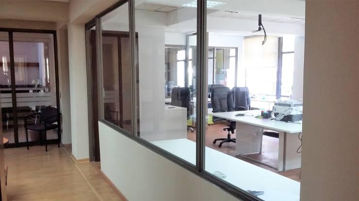 HABILITACION OFICINAS CPECH: Pasillos y hall de entrada de estilo  por AOG