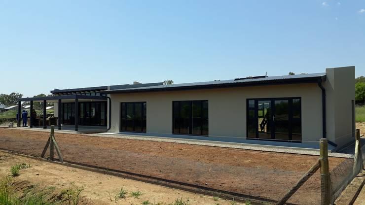 Contemporary farm living:  Houses by REIS, Modern Bricks