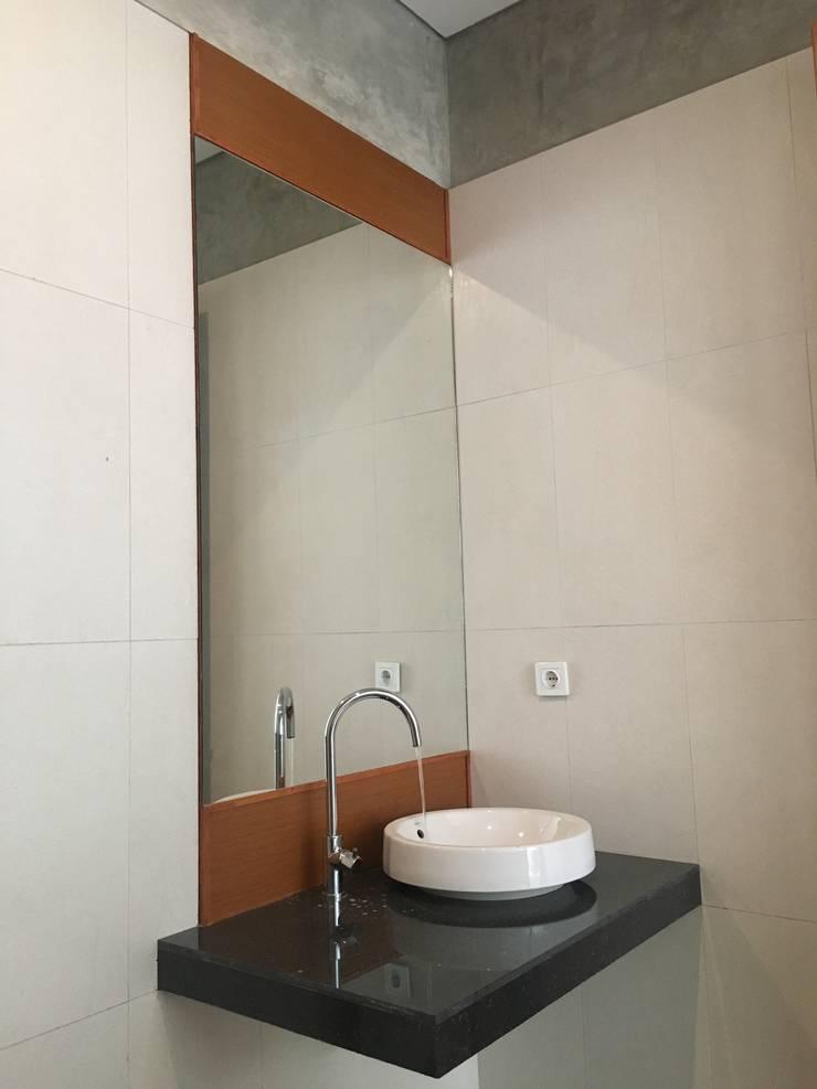 rumah antapani J12 bandung:  Kamar Mandi by indra firmansyah architects