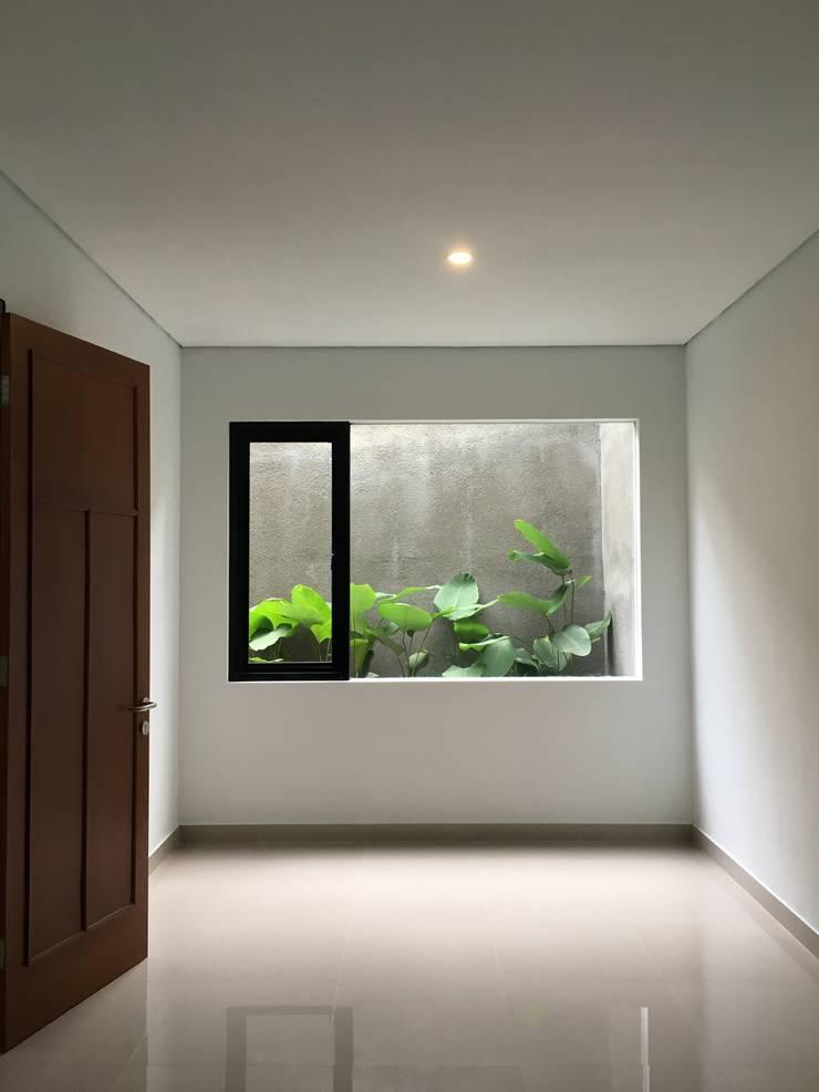 rumah antapani J12 bandung:  Kamar Tidur by indra firmansyah architects