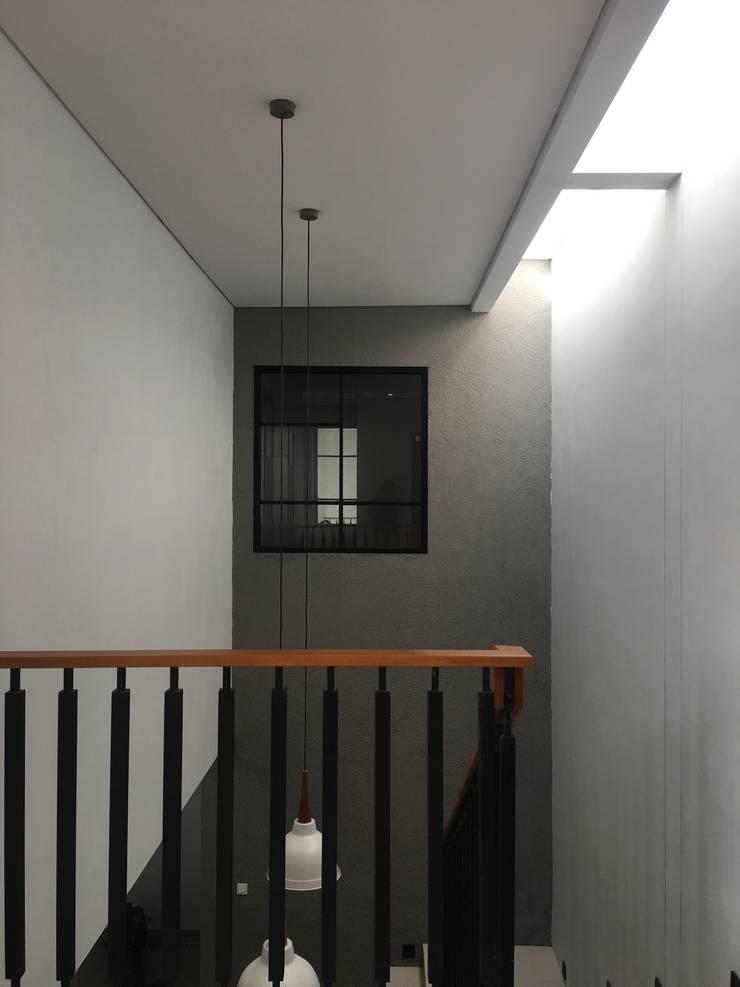 rumah antapani J12 bandung:  Tangga by indra firmansyah architects