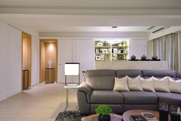 美式風格居家空間:  客廳 by 大觀創境空間設計事務所