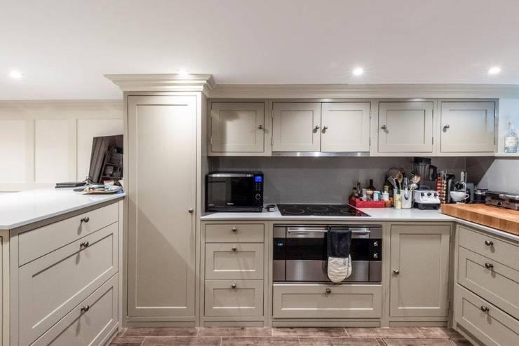Knightbridge renovation:  Kitchen by Prestige Architects By Marco Braghiroli