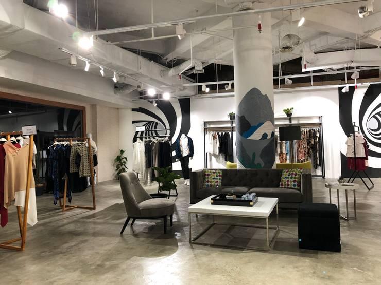 Ruang tunggu dan Etalase (Fashion Link):  Pusat Perbelanjaan by WARS ( W Architect Studio )