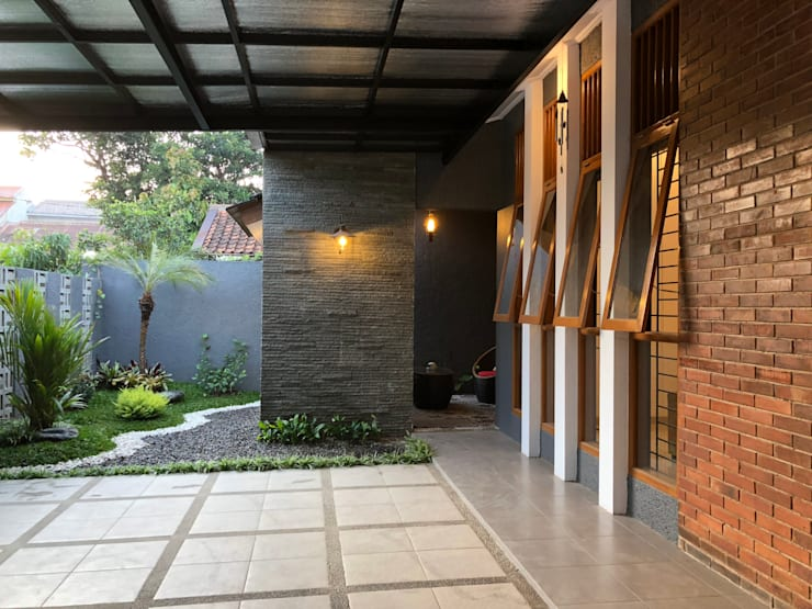 RZ House ( Tempat Parkir Mobil dan Halaman Depan) :   by WARS ( W Architect Studio )