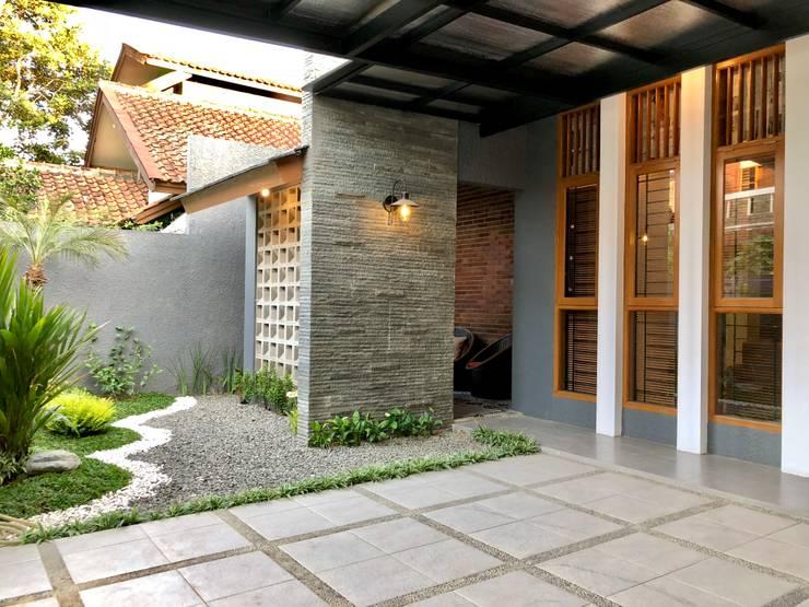 RZ House ( Tempat Parkir Mobil dan Halaman Depan) 2:   by WARS ( W Architect Studio )