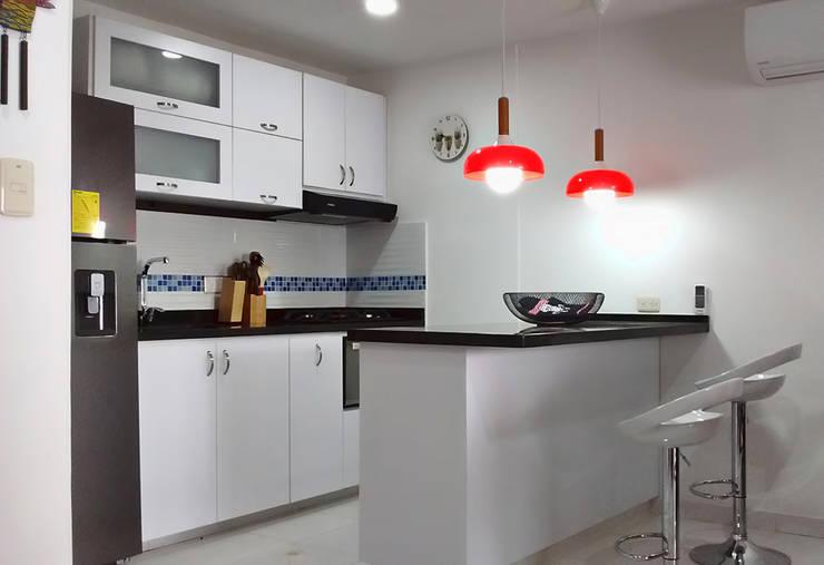 Cocina integral: Cocinas integrales de estilo  por Remodelar Proyectos Integrales