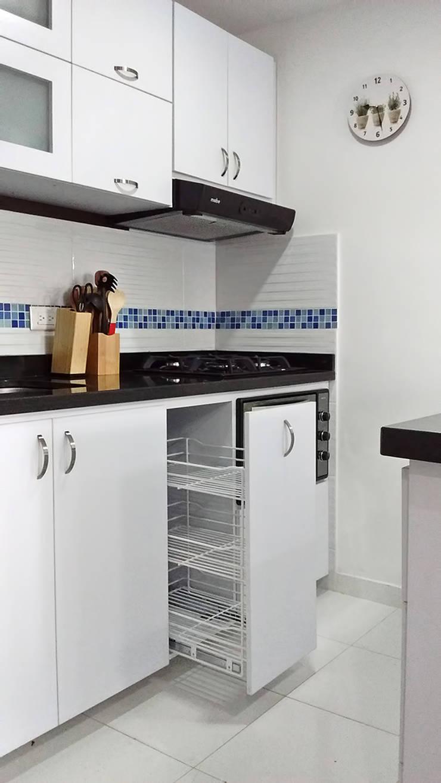 Canasta cocina integral: Cocinas pequeñas de estilo  por Remodelar Proyectos Integrales