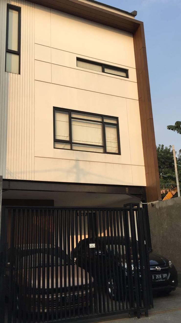 Rumah Duri Kepa:  Rumah by KHK Construction