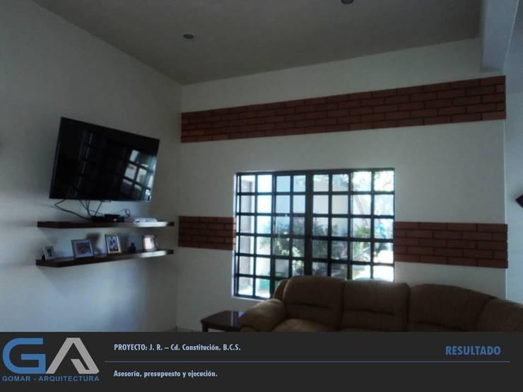 J. R. – Cd. Constitución B.C.S.: Salas multimedia de estilo  por  Gomar Arquitectura