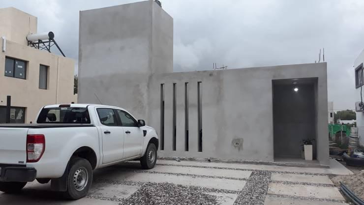 VIVIENDA EN CIUDAD DE CÓRDOBA - ARGENTINA: Casas pequeñas de estilo  por ESTUDIO PULAR,