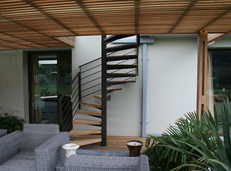 Semi spiral staircase from deck to entertainment area:  Stairs by Renov8 CONSTRUCTION
