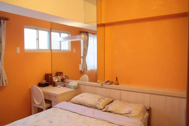 橘色的牆面讓整個臥室充滿明亮氣息:  臥室 by 勻境設計 Unispace Designs