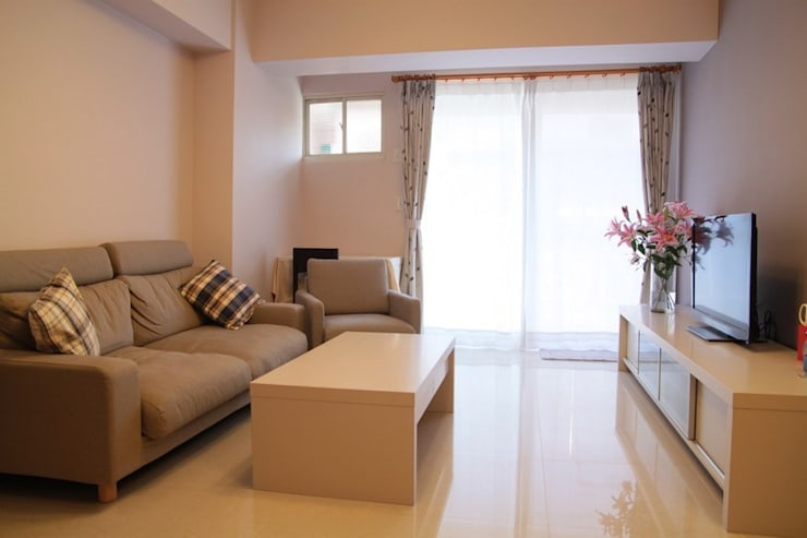 淡紫色的客廳讓整個家有種溫馨暖和的感覺:  客廳 by 勻境設計 Unispace Designs