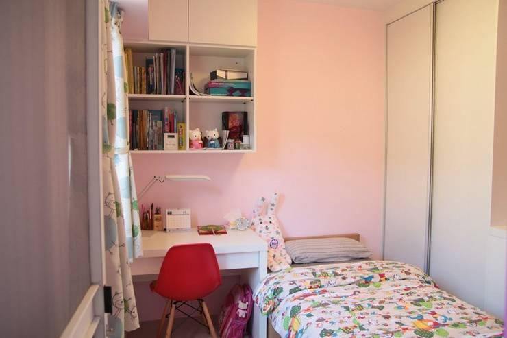 粉嫩的女孩房:  小臥室 by 勻境設計 Unispace Designs