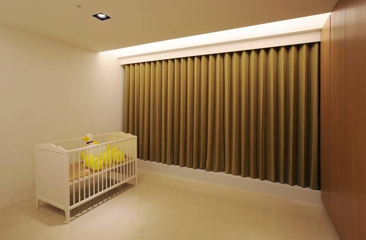 嬰兒房先簡單留白為未來預留:  嬰兒房 by 直方設計有限公司
