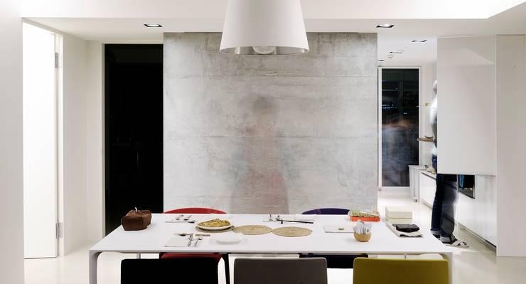 餐廳右後方則為廚房:  餐廳 by 直方設計有限公司