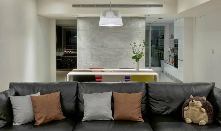 餐桌後的牆面將廚房及衛浴隔開:  客廳 by 直方設計有限公司