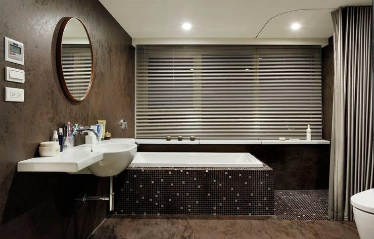 馬賽克磁磚完美搭配浴缸外部與淋浴空間:  衛浴 by 直方設計有限公司