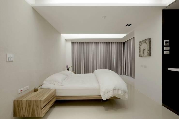 主臥利用簡單的木製家具點綴整體空間:  小臥室 by 直方設計有限公司