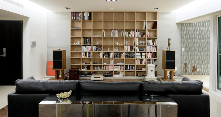 結合書房與家庭電影院的客廳:  客廳 by 直方設計有限公司