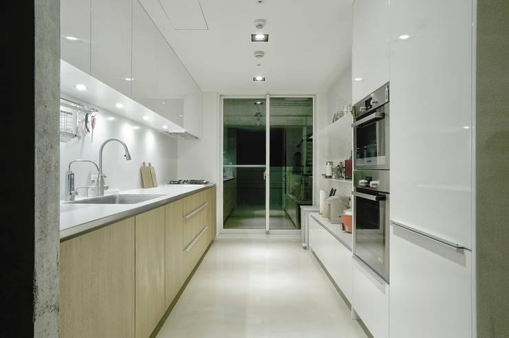 坐擁方正空間的55坪現代住所:  系統廚具 by 直方設計有限公司