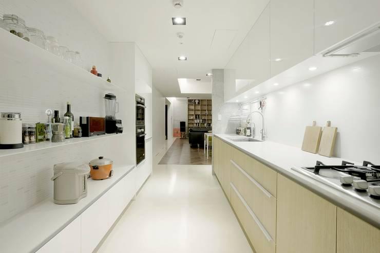 寬敞的廚房空間可以容納多人同時工作:  廚房 by 直方設計有限公司