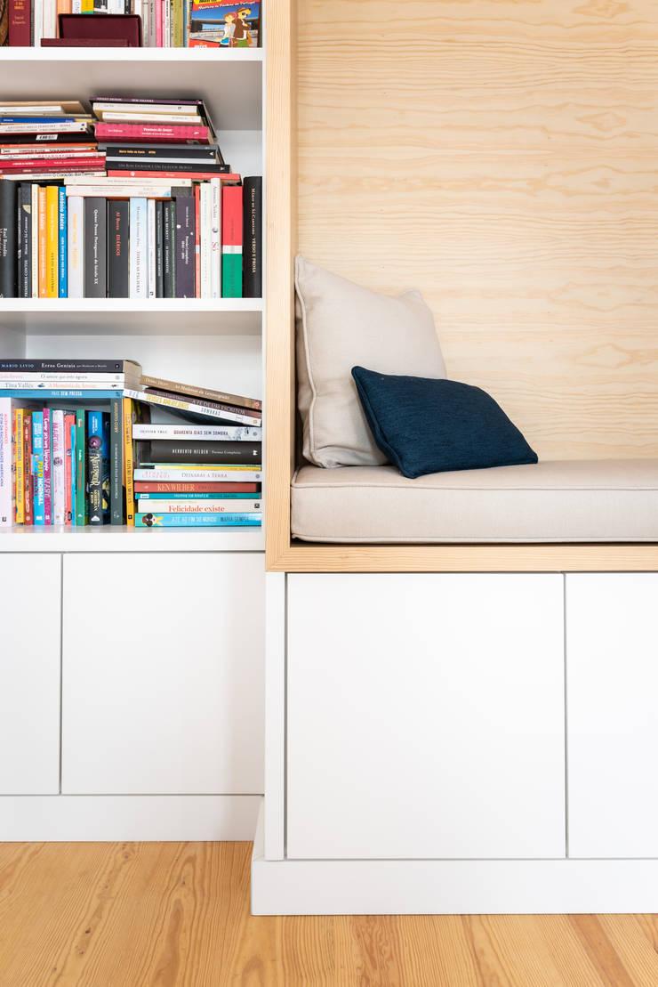 Móvel Estante com Zona Lounge:   por WOOD TAILORS - Boutique de Projectos de Carpintaria,Minimalista
