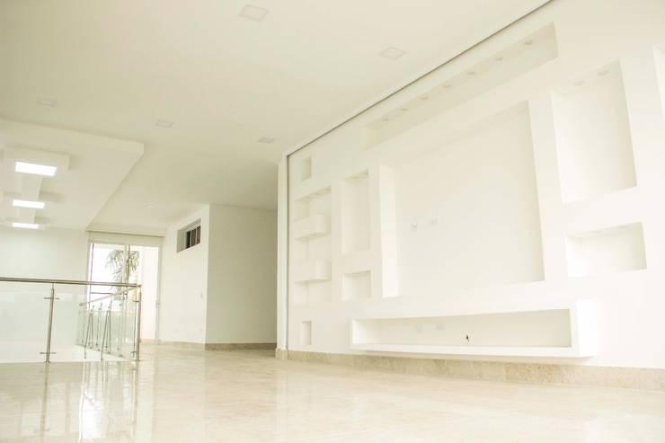 Casa gino, valle verde jamundi: Salas multimedia de estilo  por Am arquitectura