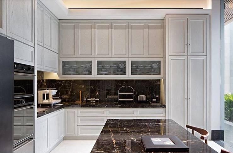 Kabinet dapur:  Dapur by ARF interior