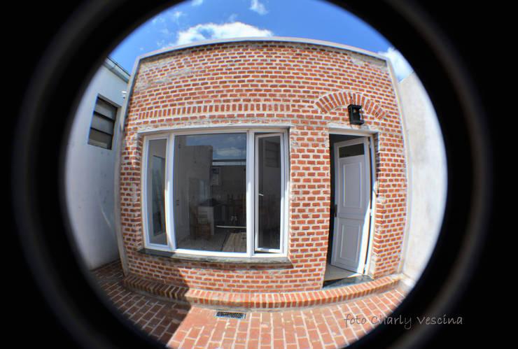Acceso orientado al Norte.: Casas pequeñas de estilo  por Casas del Sol,