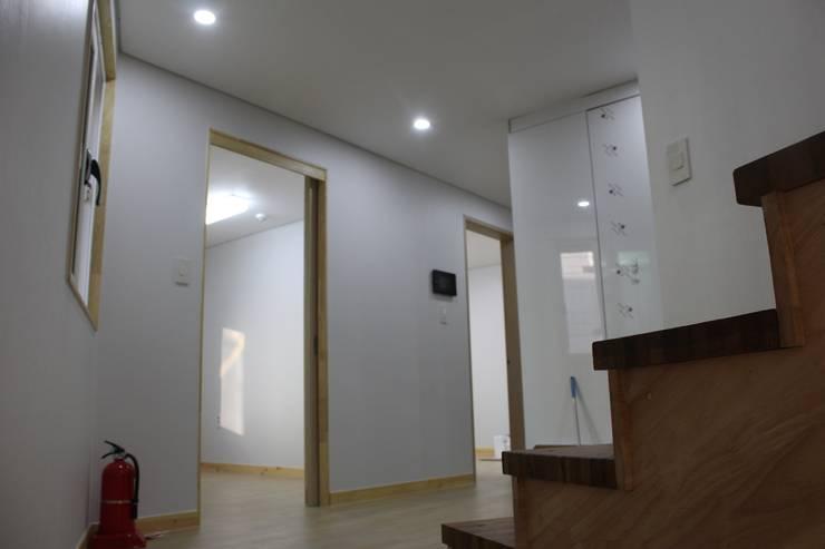 Salas de entretenimiento de estilo  por 나무집협동조합, Moderno
