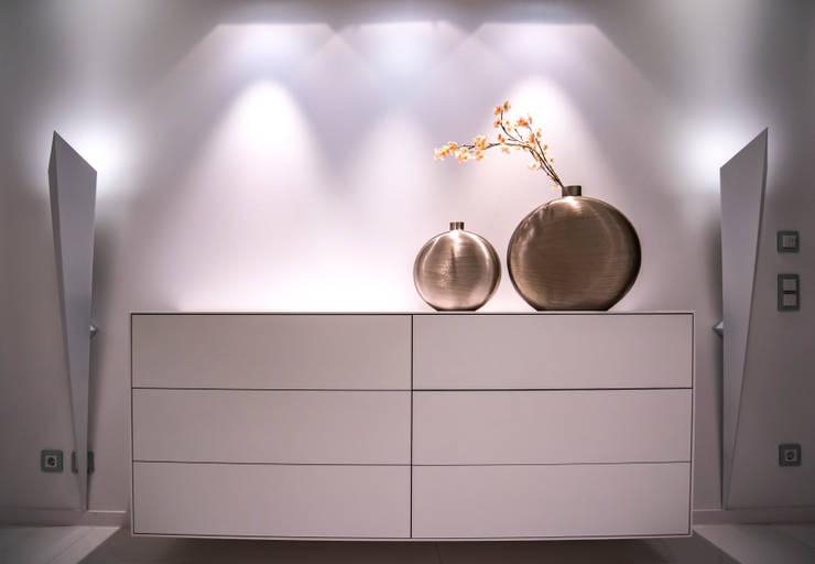 Möbel und Accessoires in Szene gesetzt :  Flur & Diele von Moreno Licht mit Effekt - Lichtplaner