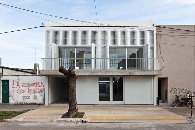 Diseño de 4 Viviendas con Patio en La Plata por por SMF Arquitectos: Casas de estilo  por SMF Arquitectos  /  Juan Martín Flores, Enrique Speroni, Gabriel Martinez,
