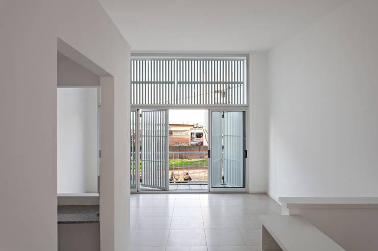 Diseño de 4 Viviendas con Patio en La Plata por por SMF Arquitectos: Livings de estilo  por SMF Arquitectos  /  Juan Martín Flores, Enrique Speroni, Gabriel Martinez,